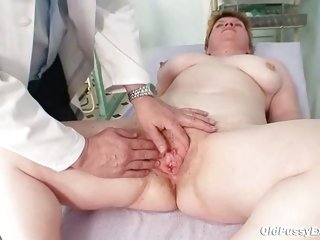Ugly mom gets a swab commit up her hairy pussy